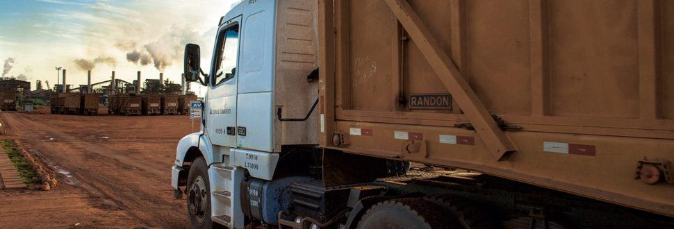 caminhão entregando cana na usina