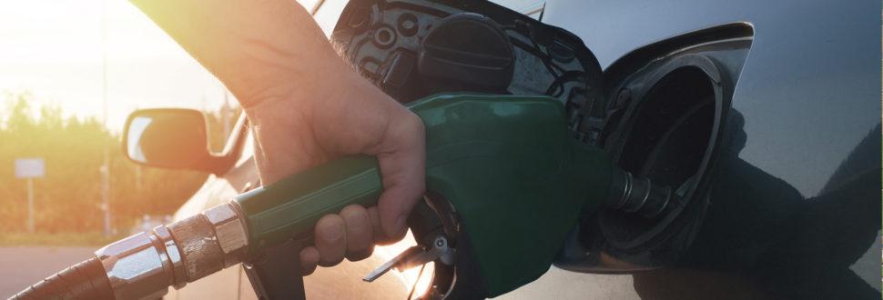 carro abastecendo com etanol
