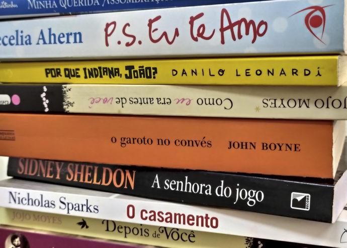 Livros empilhados disponíveis na Biblioteca