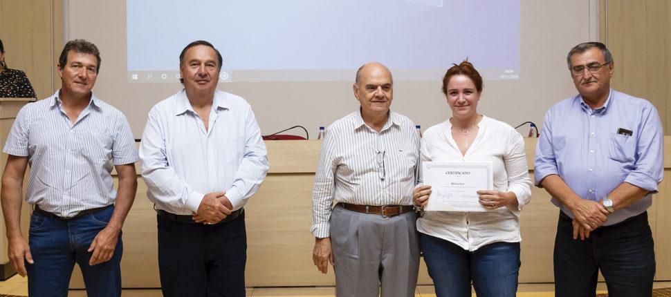 aluna recebendo certificado