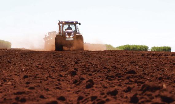 Trator arando o campo
